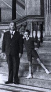 Avec son père au Palais de Justice à Paris, à l'âge de 7ans