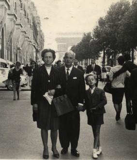 Suleiman Joukhadar avec ses parents à Paris, à l'âge de 7 ans.
